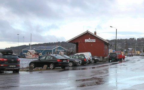 NYTT: Det røde havnekontoret blir erstattet med et nytt som bygges i forlengelsen av det blå verkstedet i bakgrunnen.