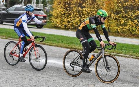 """HOLDT AVSTAND: Niclas Fotland Holt (foran) og Sebastian Kirkedam Larsen bruker """"meteren"""" til å holde avstand"""