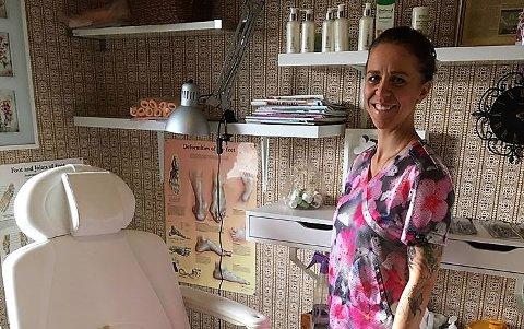 Ann-Therese Eng startet Kornsjø Fotterapi for et par måneder siden og tilbyr behandling både i eget rom i eneboligen i Sundsliåsen og hun drar på hjemmebesøk.