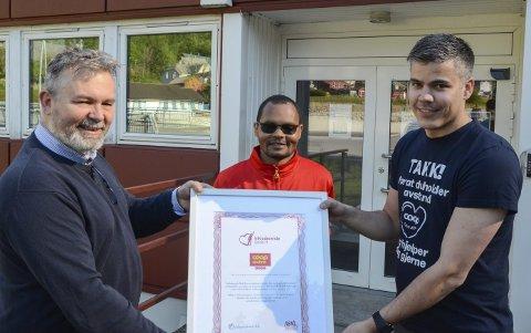Diplom: Anders Fosse, butikksjef Coop Extra (t.h.) får diplomet av Bjørn Vivelid. I midten Woldekidan A. Tumiso, nå ansatt på Coop. Foto: Ernst Olsen