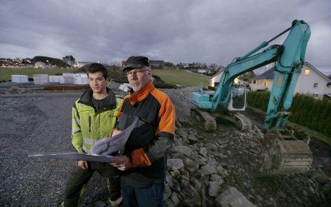 Her skal det bygges:   Jarle Kallevik (18) og bestefar Ole Johann Sveen på tomten der de nye boligene skal bygges.