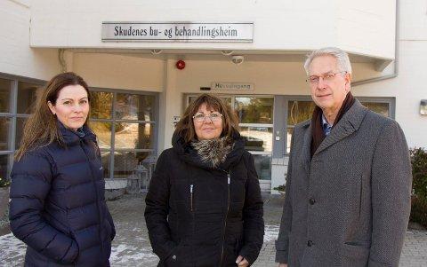 KRITISKE: Randi Wisnæs (t.v.), Turid Aune og Jan Birger Medhaug mener kommunen har et etisk ansvar for å bruke statlig tilskudd til gi demente på dagplass et bedre tilbud.