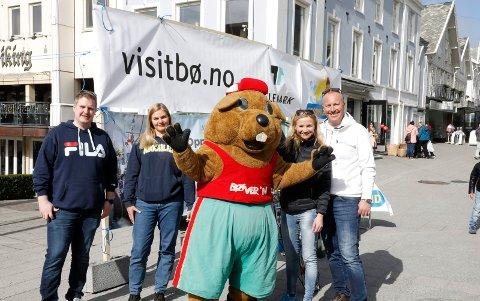 PÅ STAND FOR BØ: Christopher Askerud, Kjersti Evjenth, Bøver´n, Marianne Dale og Vebjørn Hagen hadde tatt turen til Haugesund lørdag for å presentere sesongens tilbud i Telemark.