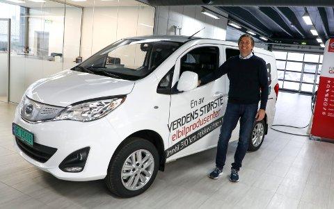 BYD:  Salgsansvarlig Magnus Hope Røeggen viser fram den ene av to nye modeller fra den kinesiske produsenten.