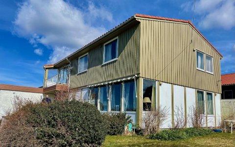 KLASSISK SANDVED: Det er ikke hver dag det kommer et David Sandved-hus på markedet i Haugesund. Det viste seg også i at mange ville på visning her i Skudenesgata.