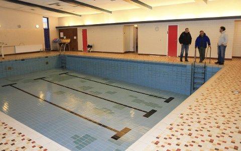 Tomt: Vannet er tappet ut av bassenget ved Mosjøen skole, og det er uvisst hva som skjer videre med bassenget og bygget som også inneholder en gymsal. foto: per vikan