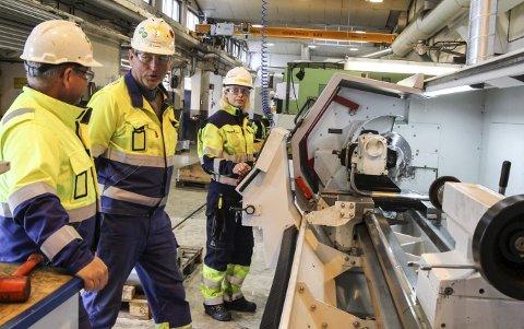 KORONABERØRT: 21 ansatte er i karantene etter at en ansatt ved Bilfinger i Mosjøen fikk covid-19. - Det gir oss ei utfordring, ingen tvil om det, sier daglig leder Tom Eilertsen (i midten). Her flankert av Roar Kleivhaug og CNC-operatør Ninja Storjord ved en tidligere anledning.