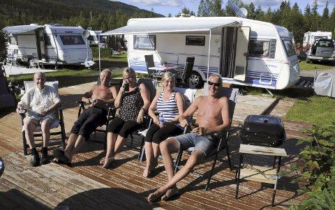 TRIVELIG FOR GJENGEN: Fra venstre Oskar Jensen, Rolf Langli, Mariann Steen, Sonja Andersen og Kalle Steen har det alle tiders på Ømmer'n. For eksempel i lav kveldssol en søndag i juli.
