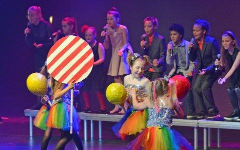 """VARIERT: Kulturskolen bød på et variert program under """"Glade jul"""". Under """"Må bare ha det"""" fra Olsenbanden junior på sirkus fikk flere grupper vise seg fra,. I tillegg til sangere og dansere bidra nemlig visuell kunst med overdimensjonert godteri som rekvisita."""