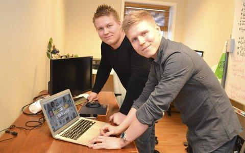HÅPER PÅ NAPP MED APP: Henrik Hansen (t.v. 23) og Kristian Aslaksen (23) har stor tro på den nye applikasjonen Kaupang.
