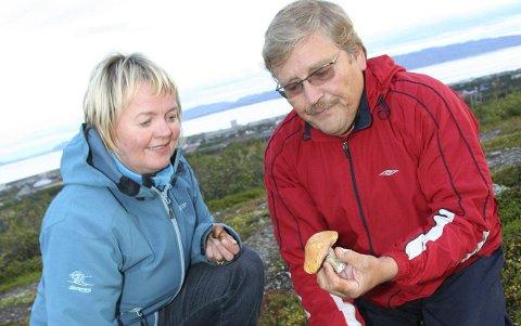 TURER: Anne Strifeldt og Bernt-Aksel Jensen var på mange turer i tida etter hun fikk sykdomsdiagnosen. Her fra en reportasje i Finnmarken i 2009. Foto: Henriette Baumann