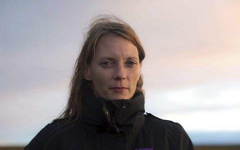 Daglig leder ved Vardø Hotel, Tove-Mette Antonsen, informerer om at hotellet vil holde videre stengt. Bildet er tatt ved en tidligere anledning.