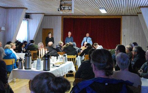 FOLKEMØTE: Ordfører Kristina Hansen, kommuneoverlege Erik Langfeldt og Runar Elde fra politiet svarte så godt de kunne på spørsmål rundt dobbeltdødsfallet i Gjesvær.