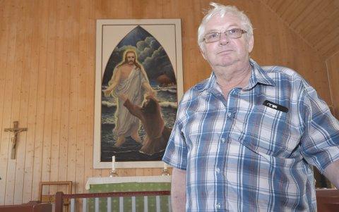 NAKEN VEGG: Først i 2002 fikk Syltefjord kapell altertavle. Det sørget Harald Lister og hans nå avdøde kone for. De ga seg ikke uten videre da de først fikk nei til å henge opp altertavla. Tidligere var det kun det lille korset som hang over alterringen. Ekteparet Lister mente at veggen var naken uten altertavle.