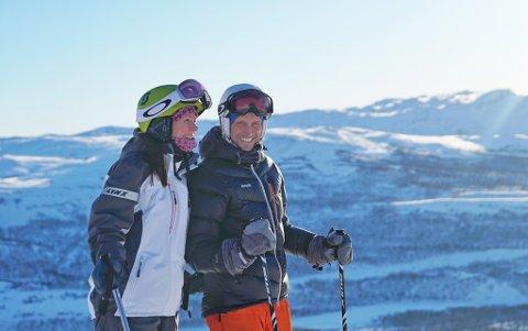 MEDEIERE: To medeiere av Skaidi Alpin AS, Susanne Daae og Odd Peder Wang-Norderud avbildet i bakken på Skaidi. Wang-Norderud er fra før kjent som en skikkelig sykkelentusiast men har også sansen for ski.
