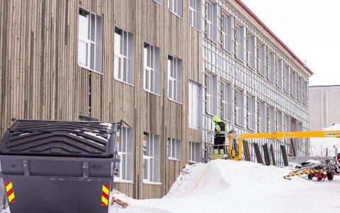 JOBBER VIDERE: Fra før er kultursalen og kinoen ferdigstilt. Nå får gamle Sentrum skole ny fasade også.