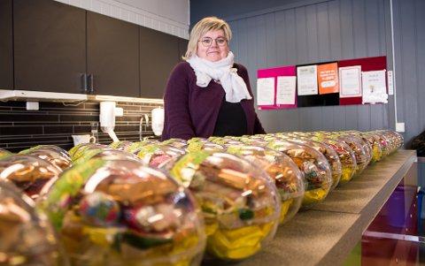 DELER UT I MASSEVIS: Tone Hansen Jakola på Frivilligsentralen i Vadsø fikk inn 11.500 kroner til å dele ut påskeegg til de hun syntes fortjente det litt ekstra.