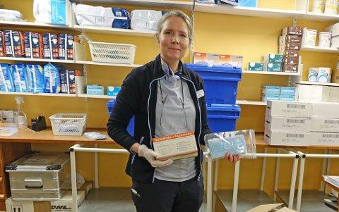 NY LEVERANSE: Nina Knudsen forteller at det har vært varierende levering av munnbind fra Oslo, men at Apotek 1 i Hammerfest nå har inne flere pakker.