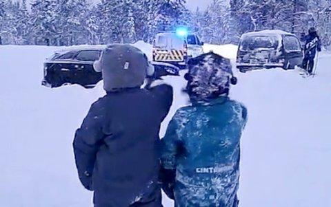 OVERRASKELSE: En politipatrulje ble ufrivillig gjest i en barnebursdag på søndag 14. februar. Årsaken til at patruljen var på stedet var fordi de hadde fått en melding om ulovlig scooterkjøring.