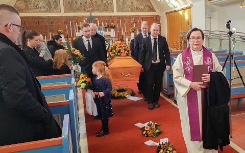VARME: Varme farger, nær familie med barn, barnebarn og oldebarn, vennskap og takknemlighet fylte Hammerfest Kirke under Arnulf Olsens begravelse onsdag.