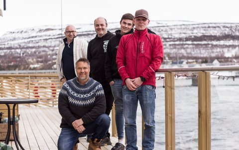 NY GJENG: Dette er den nye gjengen som skal drive Jakobselvkaia. Bak fra venstre: Jon Harald Oldernes, Alf Helge Bernhardsen, Truls Bernhardsen, Ari Heiki Juhani Antilla som har vært med tidligere, og forran, Bjørn Gunnar Johnsen, som også har vært med fra tidligere av.