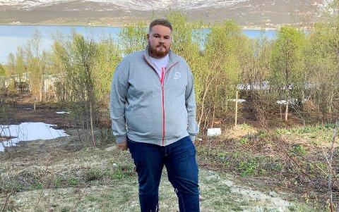 SOMMERPATRULJE: Markus Gabrielsen fra LOs sommerpatrulje har reist rundt i Finnmark for å undersøke om sommervikarer og lærlinger har det bra på jobb.