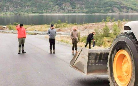 HADDE ET ØRLITE HÅP: Nussir ASA sine innleide maskiner ble igjen stoppet av aksjonistene på vei mot Markoppneset. Nå vil gruveselskapet ta en prat med de involverte før de foretar seg noe mer.