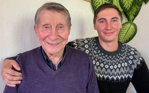 STERKE BÅND: - Bestefar er verdens snilleste mann, familiens høvding, sier Ailu Trosten (26) sammen med bestefar Erik Andreas (90).