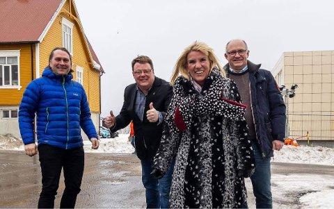 Ordfører Kari-Anne Opsal kaller det en jubeldag. Med på feiringen er varaordfører Espen Ludviksen (Sp), kommunedirektør Hugo Hode Hansen og enhetsleder Svein Arne Johansen.