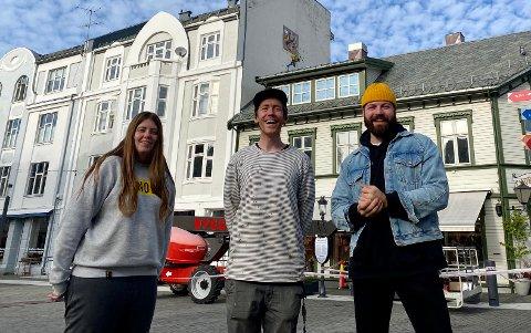FORNØYDE: Leder Regina Steen Bergman og styremedlem Eirik André Dreyer Sellevoll i Harstad Pride kan endelig avsløre det fulle programmet til årets festival. Her med Petter Bratland som har laget egen pride street art i Harstad(midten)
