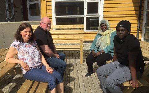 SOLA: Leder for Innvandringstjenesten Knut Langlid og   lærer Toril Kosberg syns det er godt å komme ut i sola.  Rimah Adam og Angelo Duko er ikke like glade i sola, og snur seg bort så snart fotografen har fått bildet sitt.