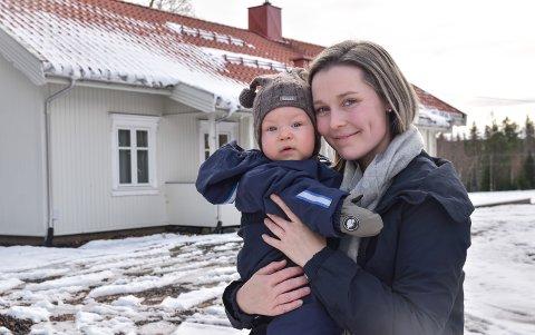 VIL BO PÅ BYGDA: – Det vi ønsker oss er en praktisk bolig, som passer for en småbarnsfamilie, sier Maren Iversen, her med sønnen Herman på ni måneder.