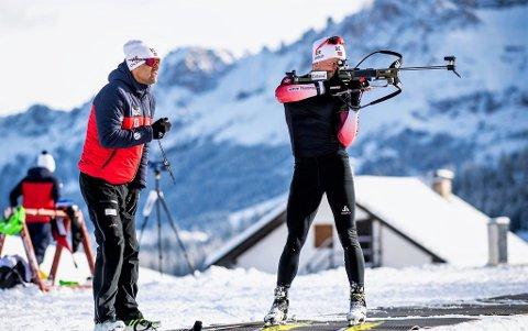 NOE Å JOBBE MED: Med fem bom på jaktstarten, har Johannes Dale og skytetrener Sigfried Mazet  en jobb å gjøre foran de avsluttende rennene i VM.