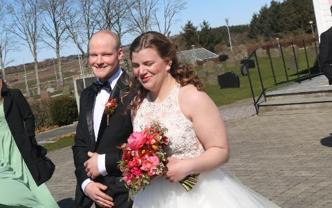 """JA: Geir Ove Torland og Marta Maria Håland ga hverandre sitt ja i Varhaug kyrkje, lørdag ettermiddag. Her på vei mot """"bryllupsbilen""""."""
