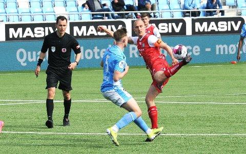 KAPTEIN: Henning Romslo i aksjon mot Sandnes Ulf. I bakgrunnen Oliver Rotihaug. Dommer Mischa Kellerhals, som spilte sin ungdomsfotball i Bryne, følger nøye med.