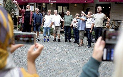 AUGUST 2019: Brødrene Bacchus klinker til med spontankonsert for turister og fastboende i Gamla stan i Stockholm. Foto:  Lars Epstein