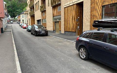 STÅR ULOVLIG: I Tordenskjoldsgate er det parkering forbudt inntil det blir merket opp og skiltet der. Likevel har det stått tett med biler der den siste tiden.