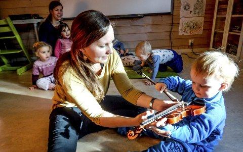 Mer: Annika Westgård har hatt musikksamling i et par barnehager tidligere. Nå utvides tilbudet. Foto: Privat