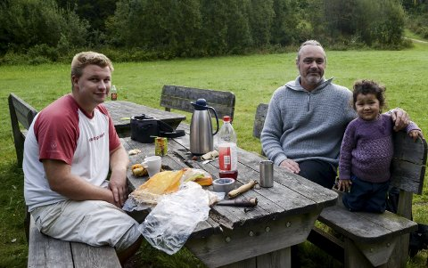 FØRSTE GANG: Lille Michelle sov i telt for første dang, her sammen med pappa Håkon Ljosland og Sverre Brubakken.
