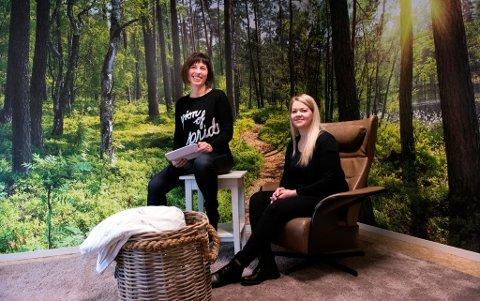Avdelingsleiar Maren Elise Skogseth (t.v.) og psykolog Aðalbjörg Heiður Björgvinsdóttir i «Det rolege rommet». Til vanleg står stolen der korga er, slik at ein kan sjå mot veggane som er tapetsert med skogsmotiv.