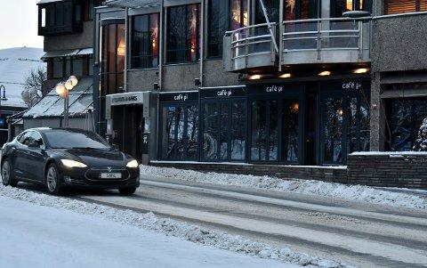 Cafe Pi var ett av stedene som fikk smilefjes av Mattilsynet i forrige uke. Legg merke til skiltet på bilen som passerte.