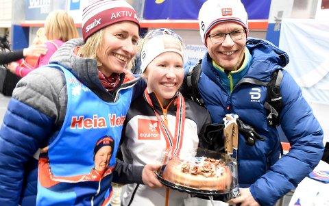 KAKEFEST: Helene Marie Fossesholm sammen med mamma Gunhild Therese Fossesholm og pappa Øivind Foss. FOTO: OLE JOHN HOSTVEDT