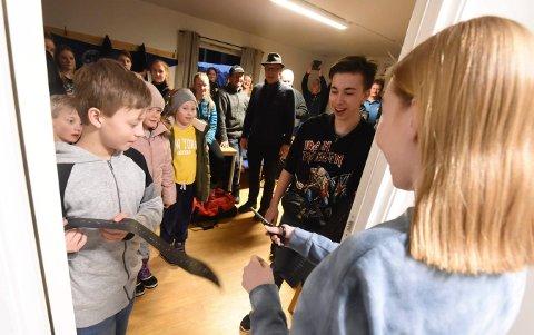 ÅPNET NY DO: Sara Kristine Havik Johnsen fikk æren v å foreta åpningen av Fiskum skytterlags nye toalett. ALLE FOTO: OLE JOHN HOSTVEDT