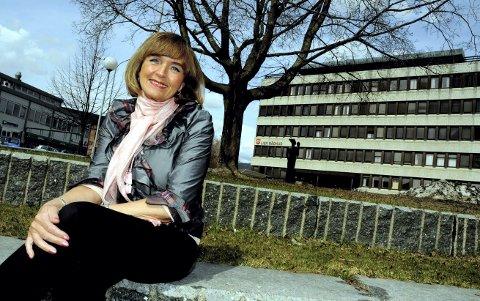 MED HJERTET I LIER: Ulla foran det som var hennes arbeidsplass i 16 år. Det første hun gjorde i 1995 var å flytte ordførerkontoret ned i første etasje for å være mer tilgjengelig.