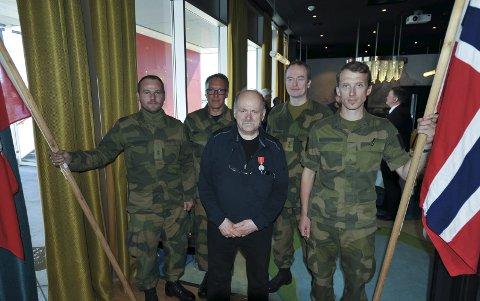 Espalier: De lokale HV-soldatene Svein Erik Thomassen Nilsen, Steven Roumimper, Bjørn Larsen og Kaare Paulsen sto espalier for dekorerte William Hakvaag.