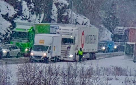 FARLIG: Øst for Flekkefjord forsøkte flere bilførere å kjøre forbi den stillestående køen i ettermiddag.