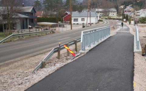 IKKE FERDIG: Gang- og sykkelveien i Kvås er fortsatt ikke ferdig. Overskridelsene kan øke.