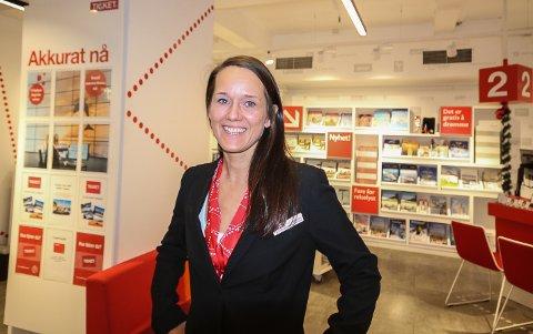 I ENDRING: Marianne Haaland Bogdanoff, selgerleder i Ticket Feriereiser i Moss, merker at mange nå legger om ferieplanene sine.
