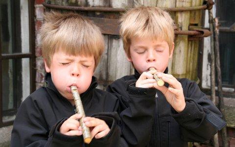GOD LYD: Henrik og Kristian prøver sine selvspikkede seljefløyter. (Privat foto)