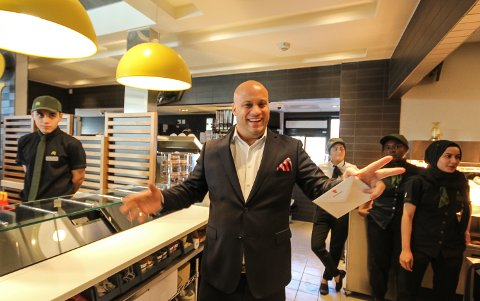 FULL FART: Fra første dag har det vært fullt kjør for Eduardo Jacobsen og hans nye McDonald's restaurant i Rygge.
